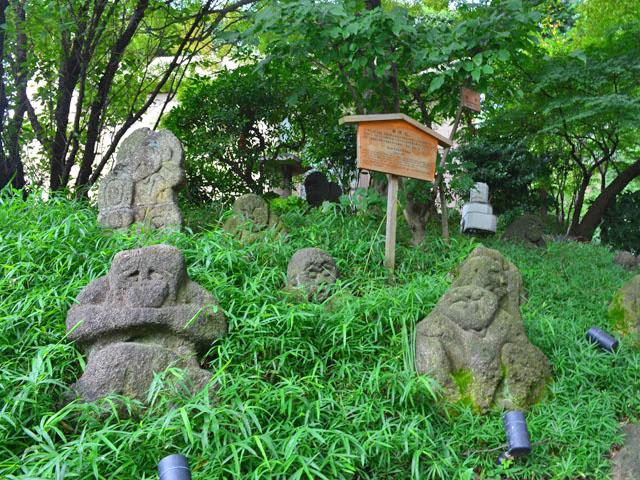 椿山荘の庭園に点在する羅漢石
