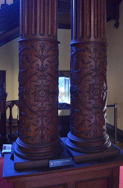 装飾が施された大階段前柱