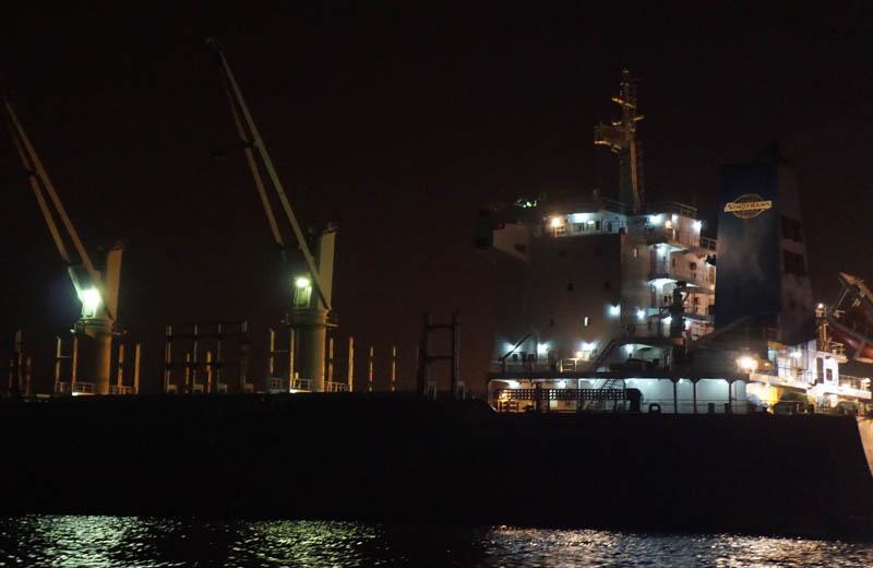 工場夜景クルーズから大型タンカー