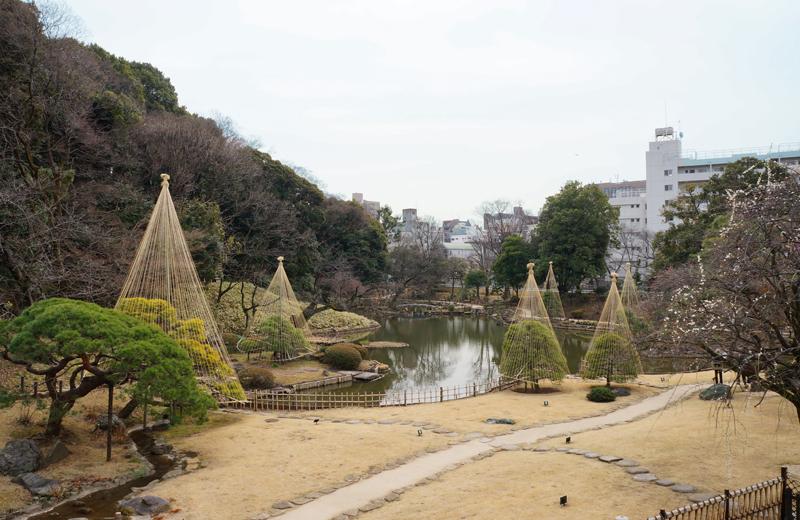 肥後細川庭園を松聲閣(しょうへいかく)から見る