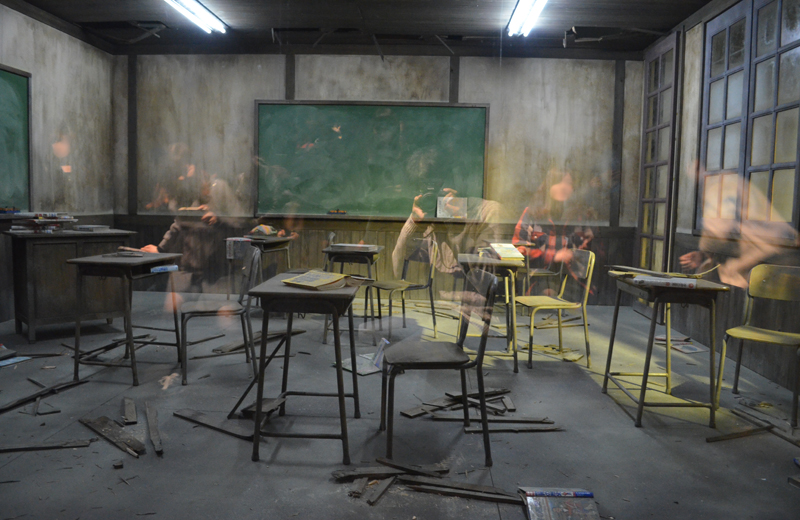 レアンドロ・エルリッヒ展 廃墟の教室に浮かぶ亡霊