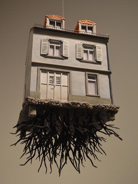 レアンドロ・エルリッヒ展 根っこの生えた家