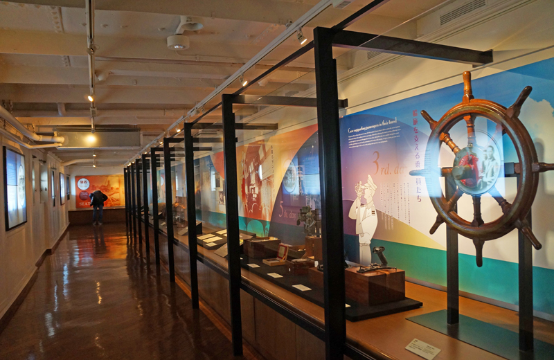 横浜山下公園氷川丸の展示ブース