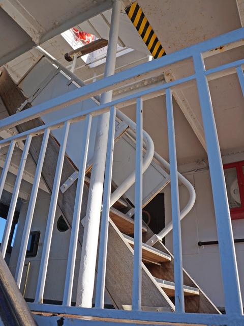 横浜山下公園氷川丸の操縦室へ続く階段