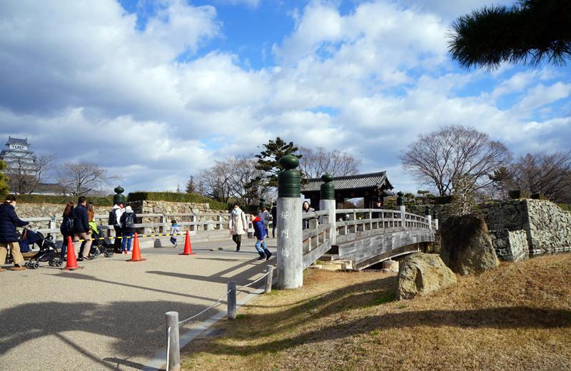 姫路城公園へ渡る桜門橋