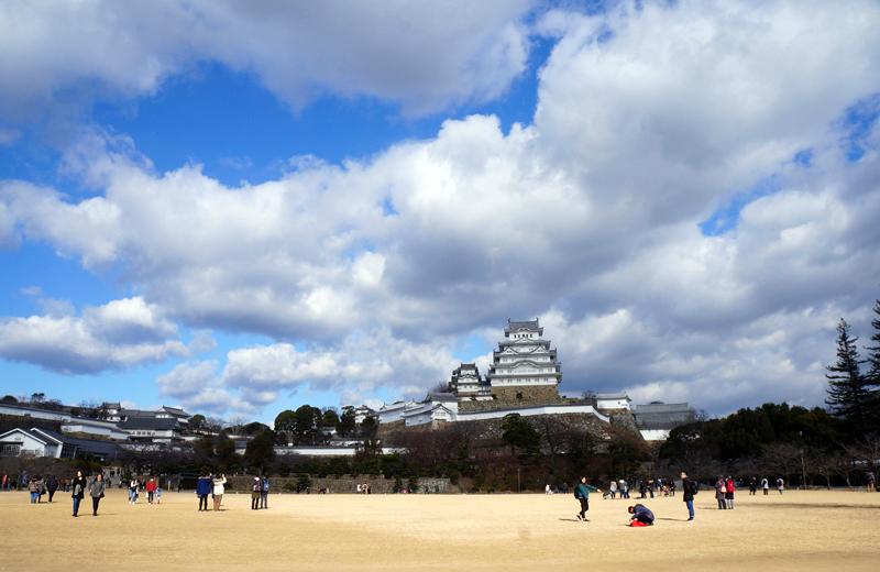 姫路城前交差点からは、城門を含む姫路城全景の撮影が可能