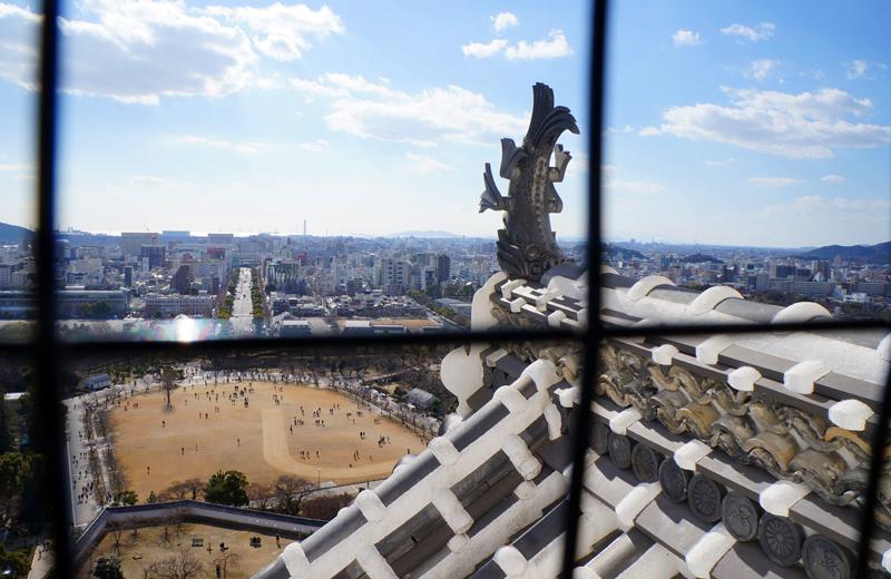 姫路城。しゃちほこ越しに見る景色
