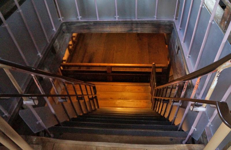 姫路城。おそろしく傾斜が急な階段