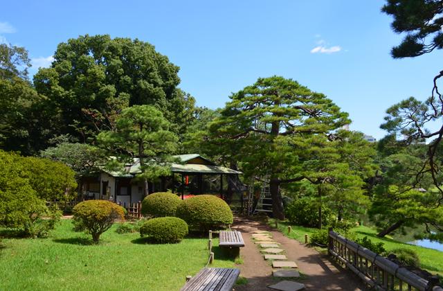 六義園。湖畔の吹上茶屋