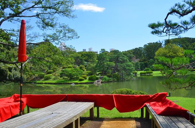 六義園。吹上茶屋から湖を見る