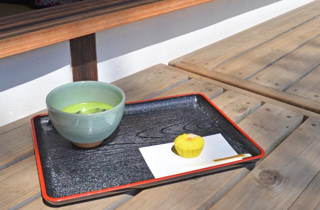 六義園のお茶菓子、冷抹茶(和菓子付き)