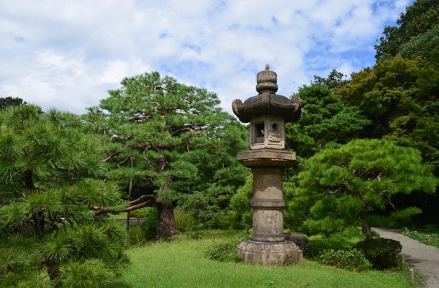 六義園田鶴橋近くの灯籠