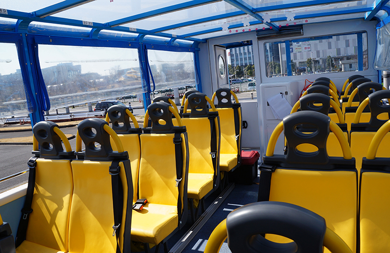 水陸両用車スカイダックのシートは、左右2席ずつ14列目まで