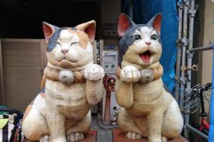 谷中銀座、2匹の猫が対になった「木彫り猫」