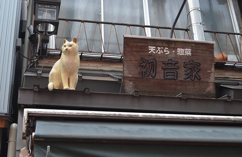 谷中銀座、屋根の上に猫が?と思いきや、これも木彫り猫です。