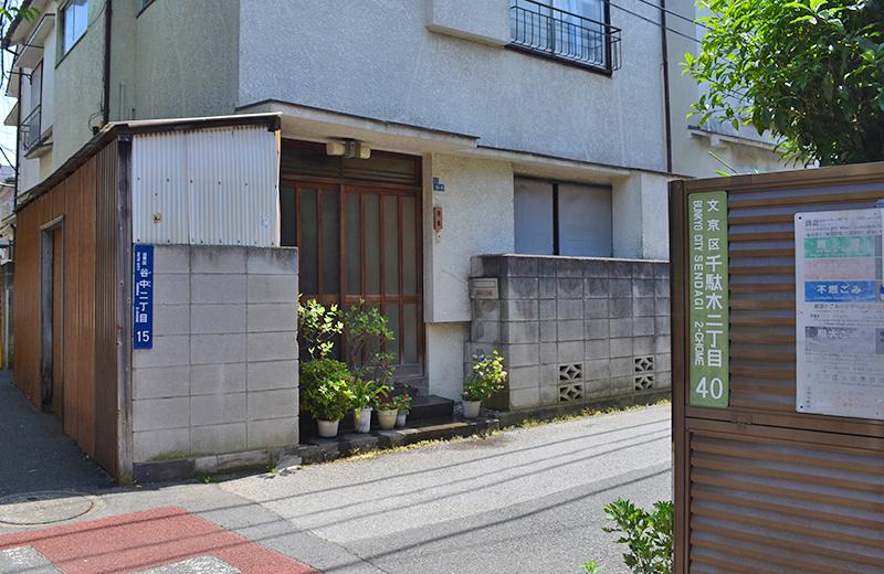 へび道▲通りの北側が台東区で、南側が文京区