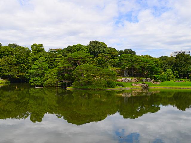 大泉水に浮かぶ「中の島(なかのしま)」/六義園ライトアップ